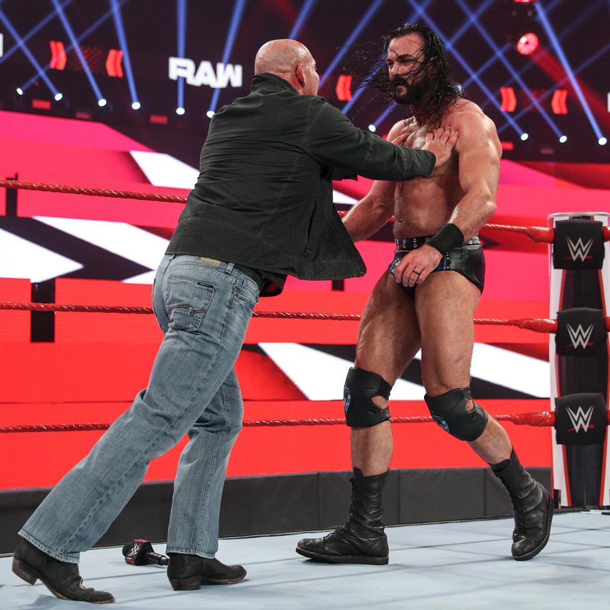 WWEヘビー級王者マッキンタイア(右)を突き飛ばすゴールドバーグ(C)2021WWE,Inc.AllRightsReserved.