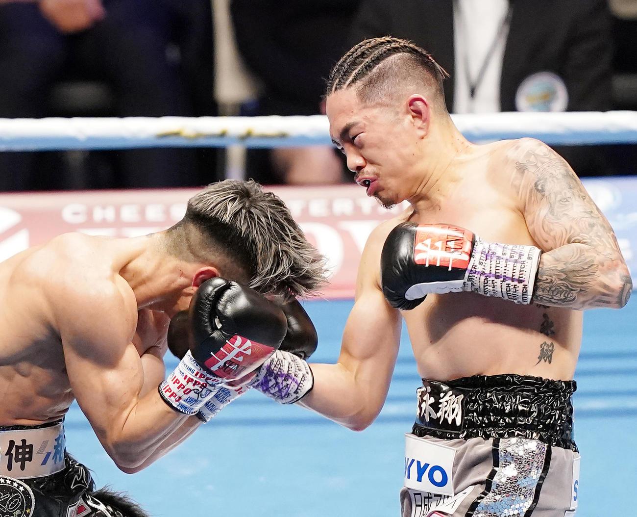 20年12月31日、6回、田中(左)の顔面にアッパーを入れる井岡