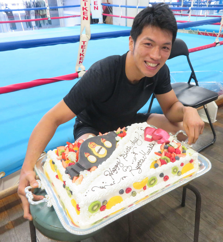 35歳の誕生日を迎え、バースデーケーキを前に笑顔をみせたWBA世界ミドル級スーパー王者村田諒太