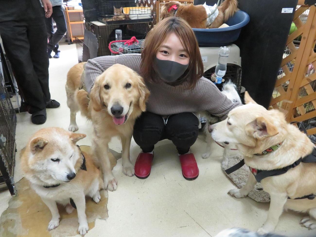 初代タイガーマスク後援会のイベントに参加し、犬と戯れ、笑顔を見せるSareee(撮影:松熊洋介)