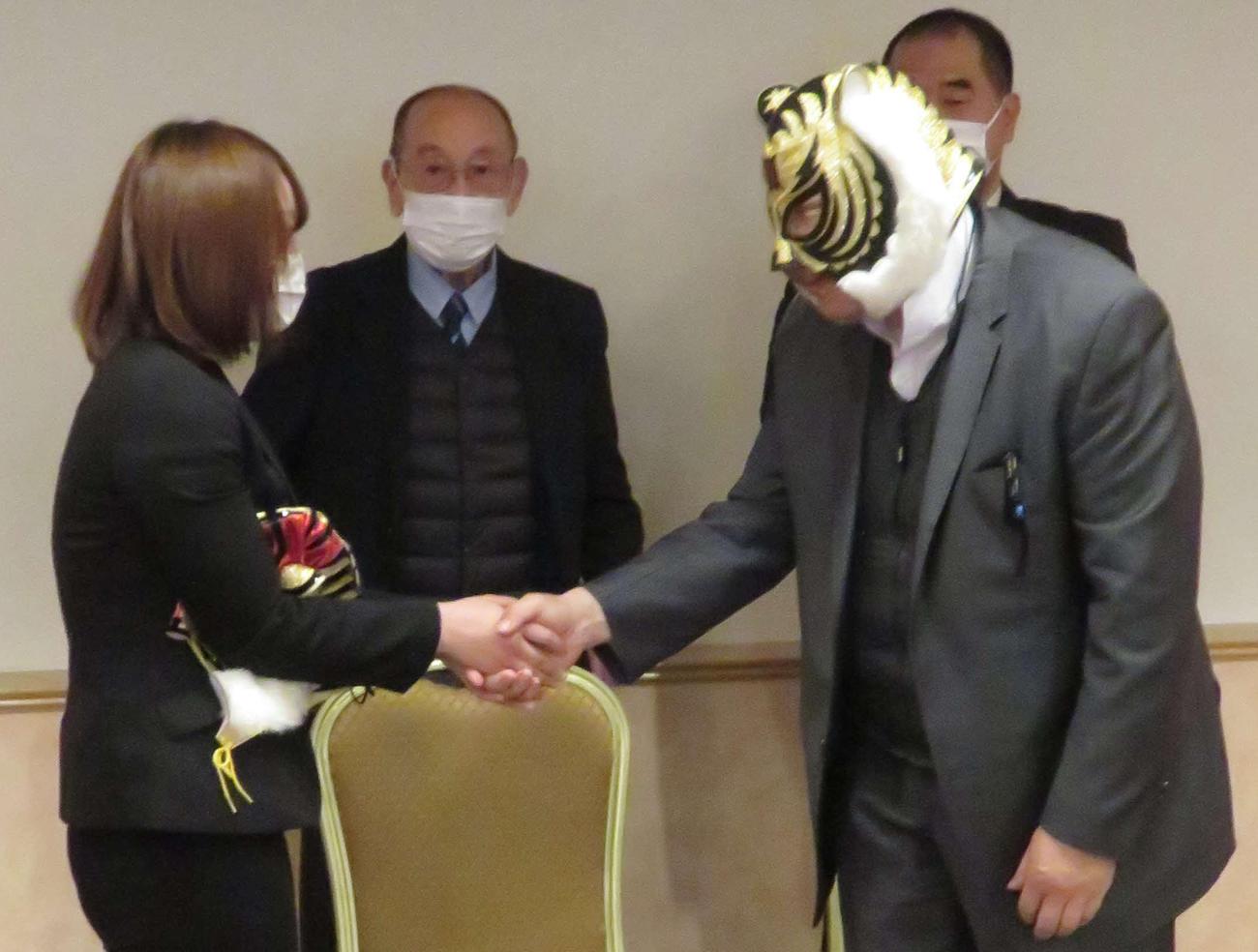 米WWEに挑戦するSareee(左)と握手をする初代タイガーマスクこと佐山サトル。中央はストロングスタイルプロレス新間寿会長(撮影・松熊洋介)