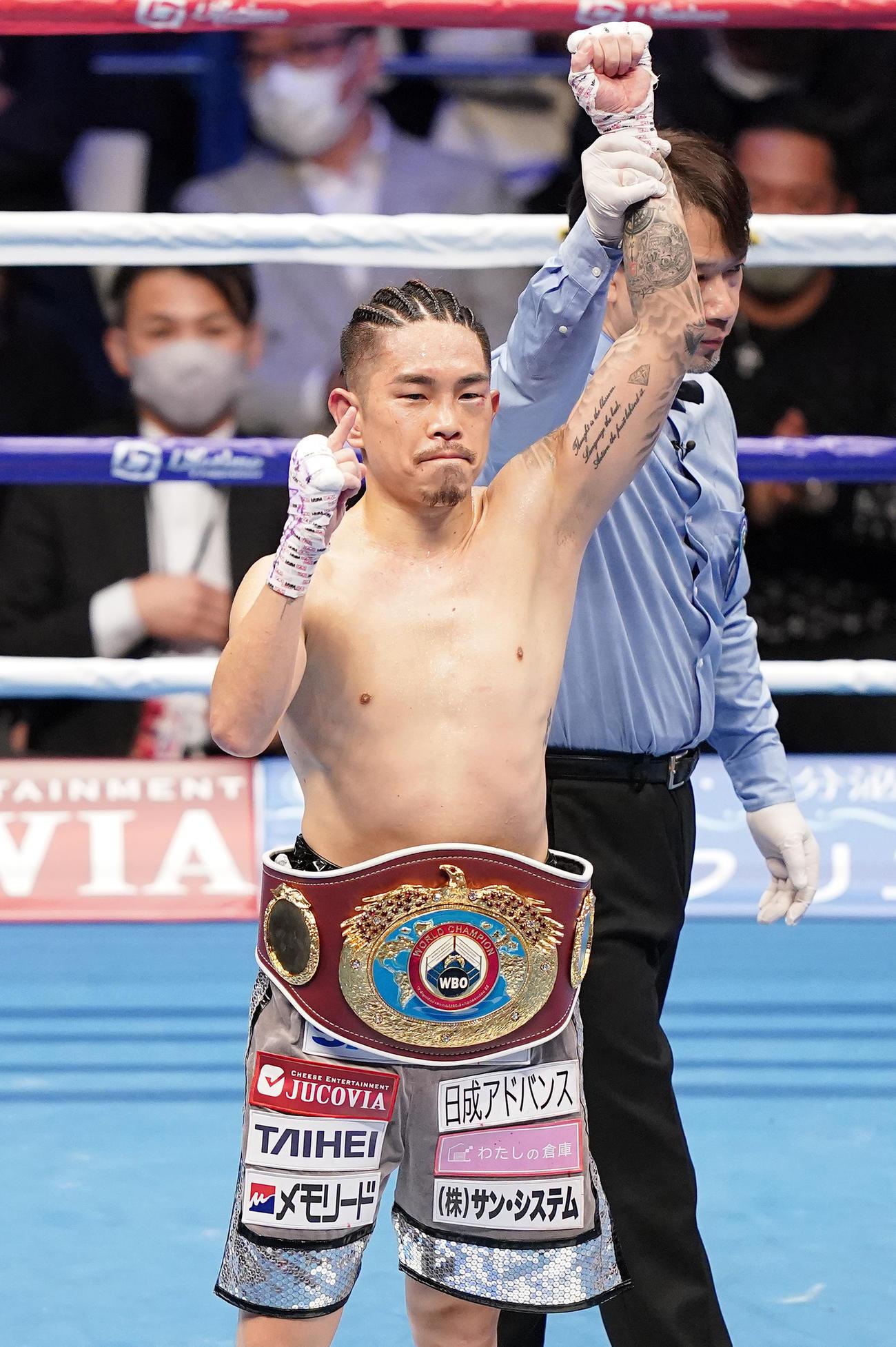20年12月31日、田中恒成をTKОで破り、チャンピオンベルトを腰にポーズをとる井岡一翔