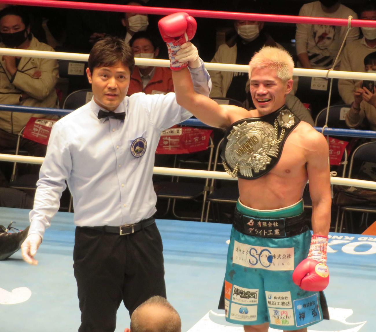 初防衛に成功した日本スーパーフェザー級王者坂(右)