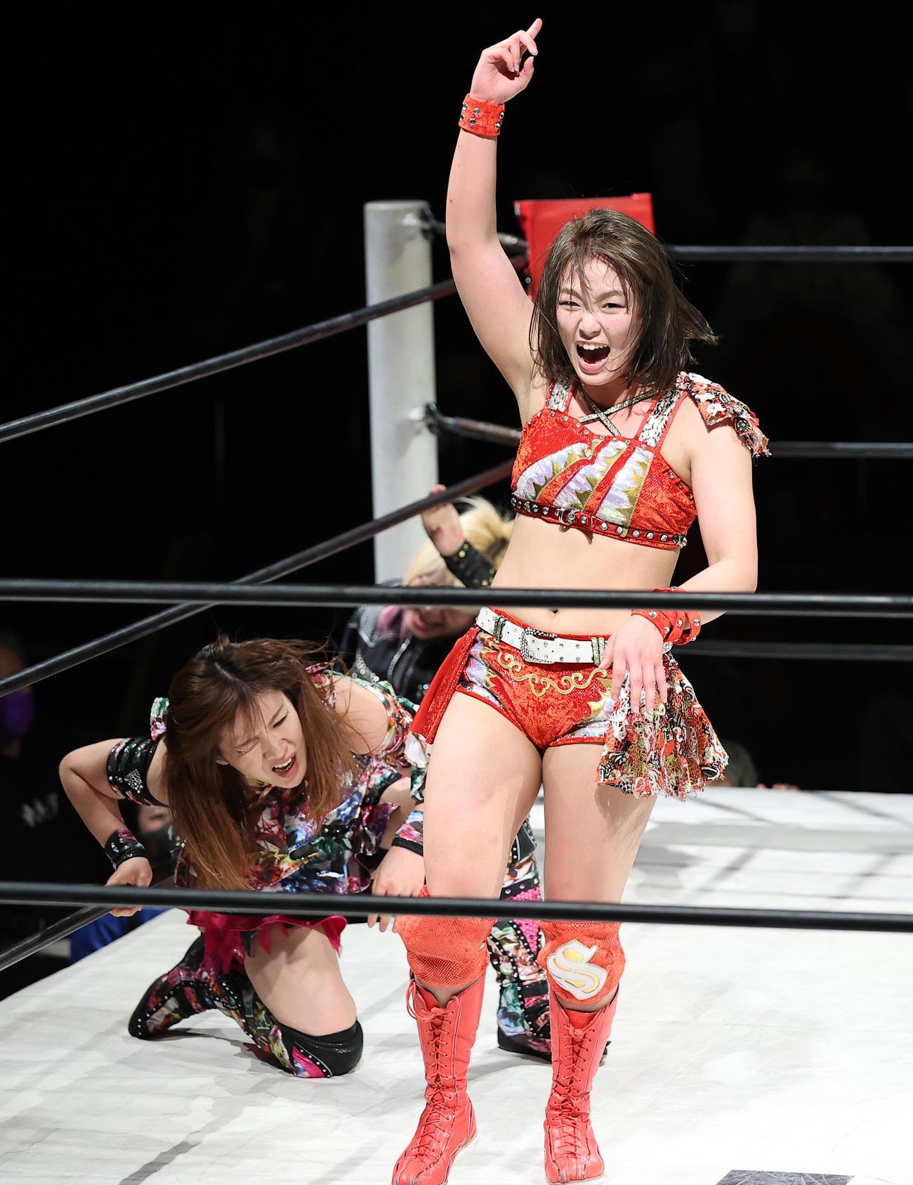 Sareee(右)は中島安里紗(左奥)にドロップキックを決め、気勢を上げる(撮影・浅見桂子)