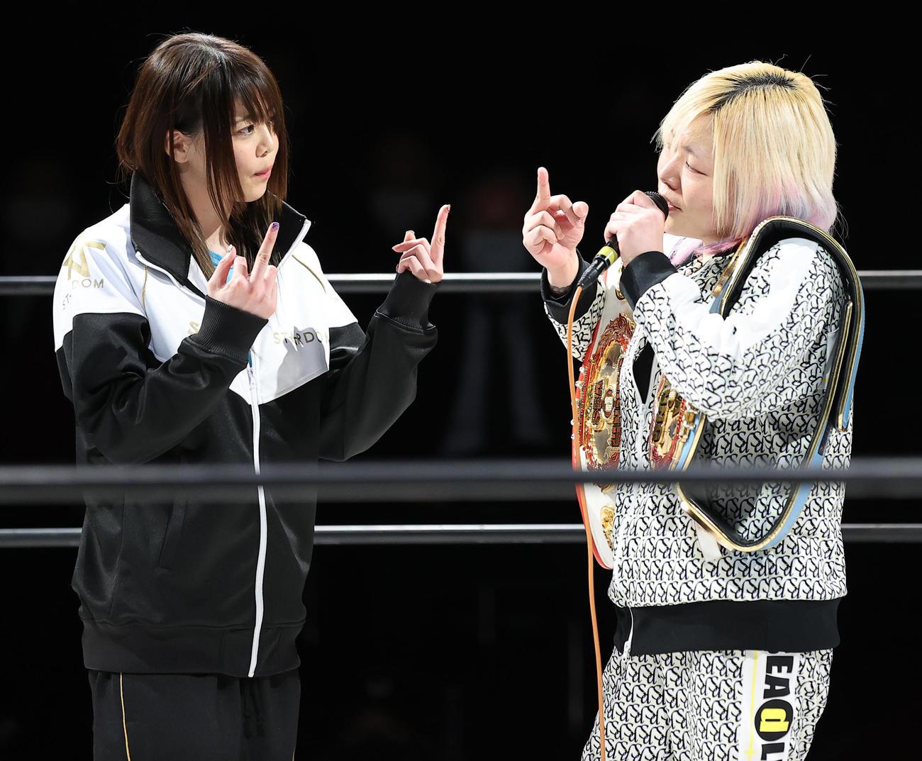 試合前、SEAdLINNNGの世志琥(右)に3月のシングルマッチ対戦を要求したスターダムの岩谷麻優(撮影・浅見桂子)
