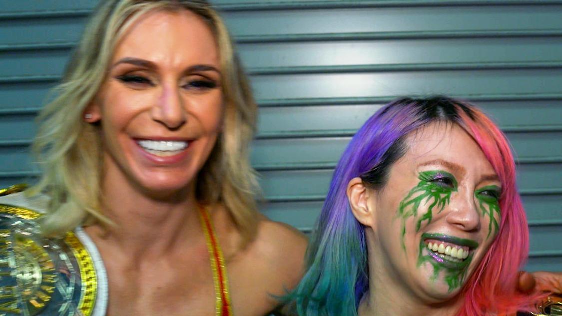 タッグ戦勝利を喜ぶWWE女子タッグ王者のアスカ(右)とシャーロット・フレアー(C)2021WWE,Inc.AllRightsReserved.