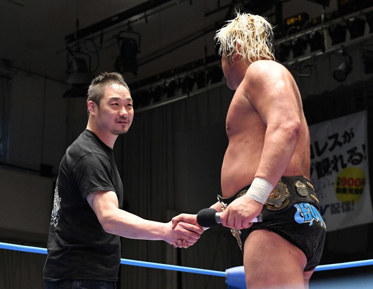 試合後、挑戦者として名乗りを上げた佐藤耕平(奥)は諏訪魔と握手を交わす(撮影・滝沢徹郎)
