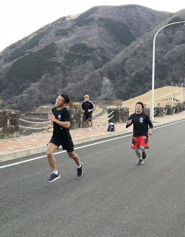 ダッシュする元K-1スーパーバンタム級王者でボクシング転向した武居(左)。右は八重樫トレーナー(大橋ジム提供)