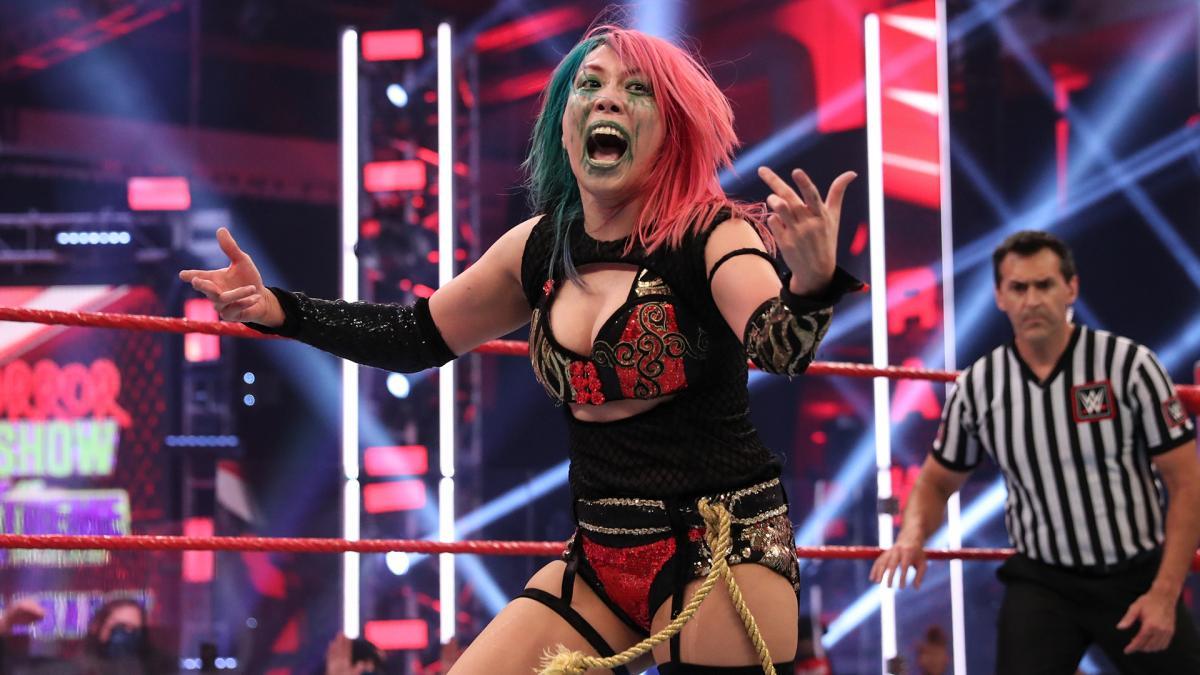 シャーロット・フレアーとWWE女子タッグ王座を保持するアスカ(C)2021 WWE, Inc. All Rights Reserved.