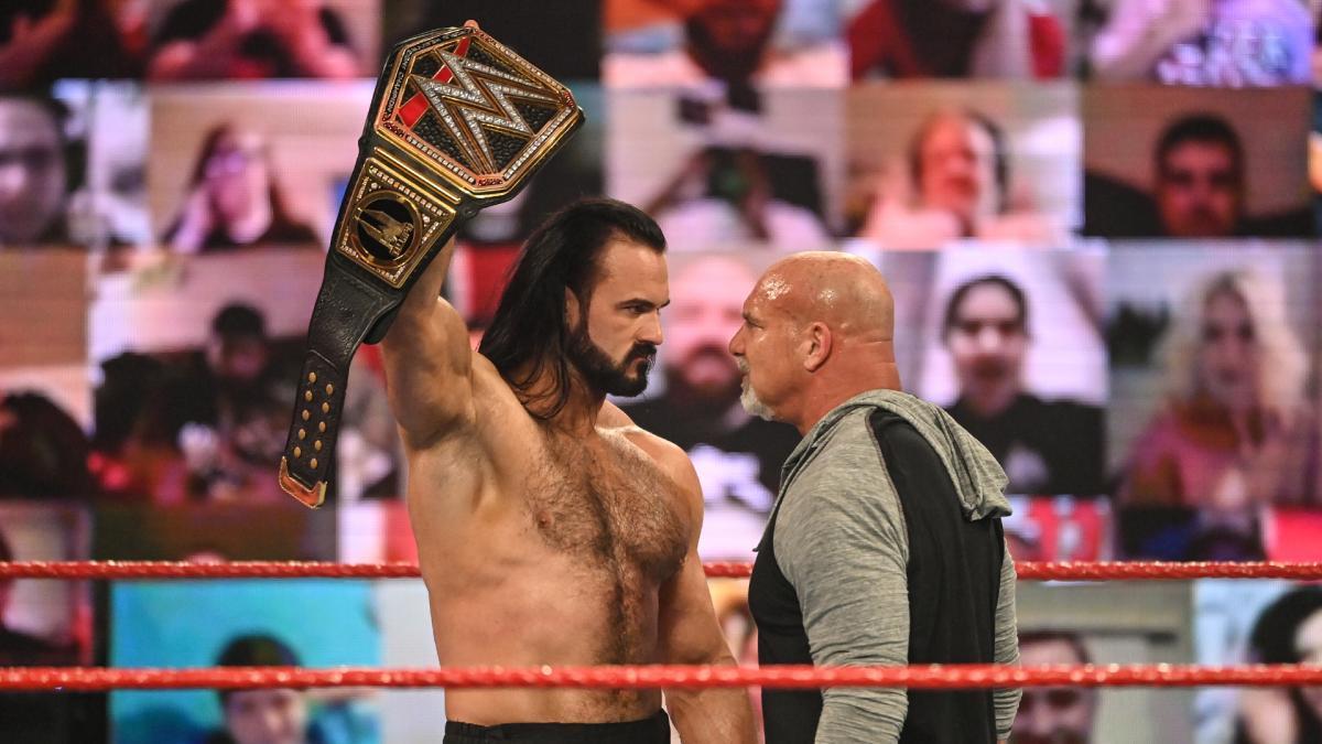 WWEヘビー級ベルトを掲げる王者マッキンタイア(左)。右はゴールドバーグ(C)2021WWE,Inc.AllRightsReserved.