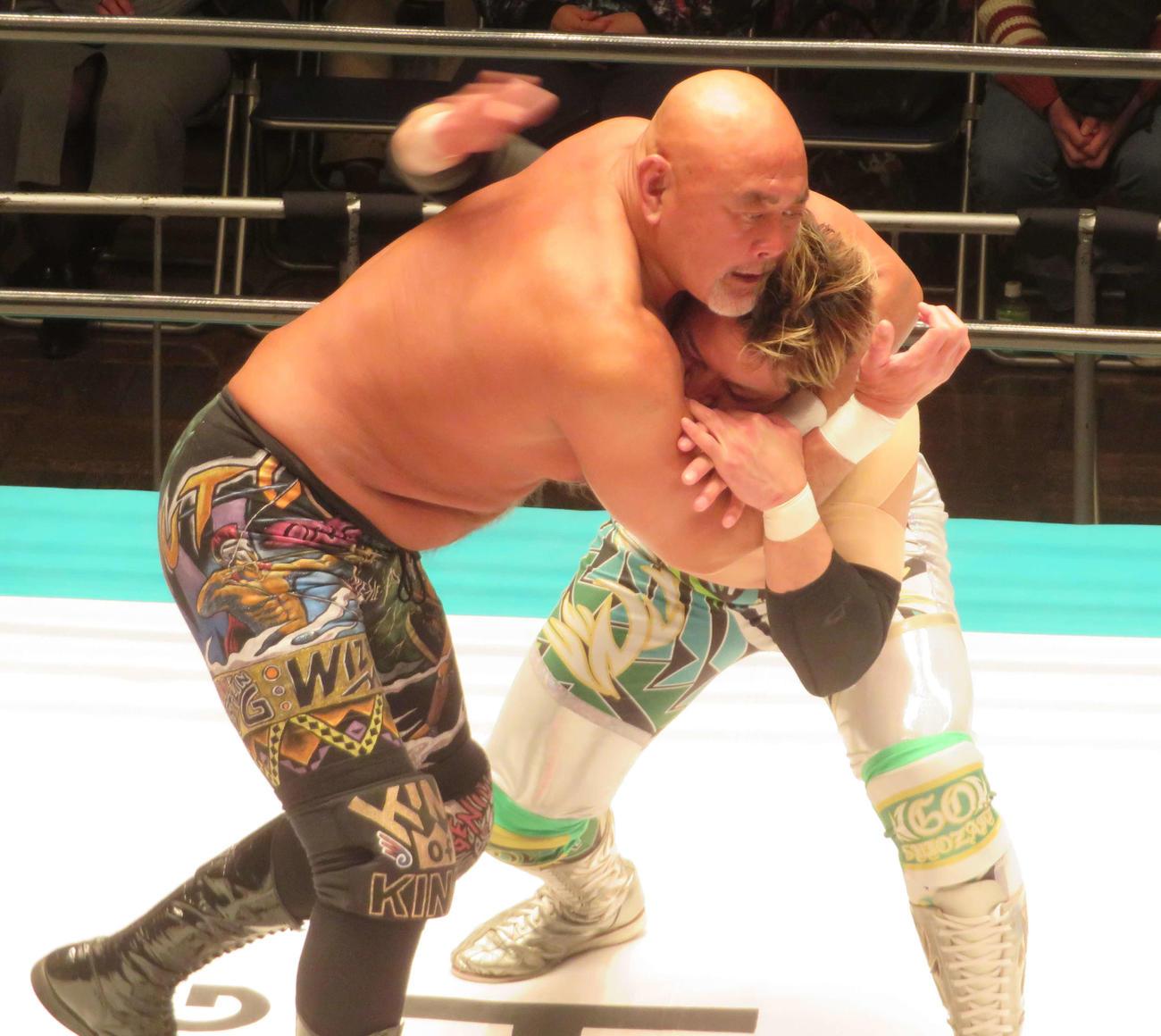 GHCヘビー級王者潮崎(右)を顔面絞めで追い込む武藤