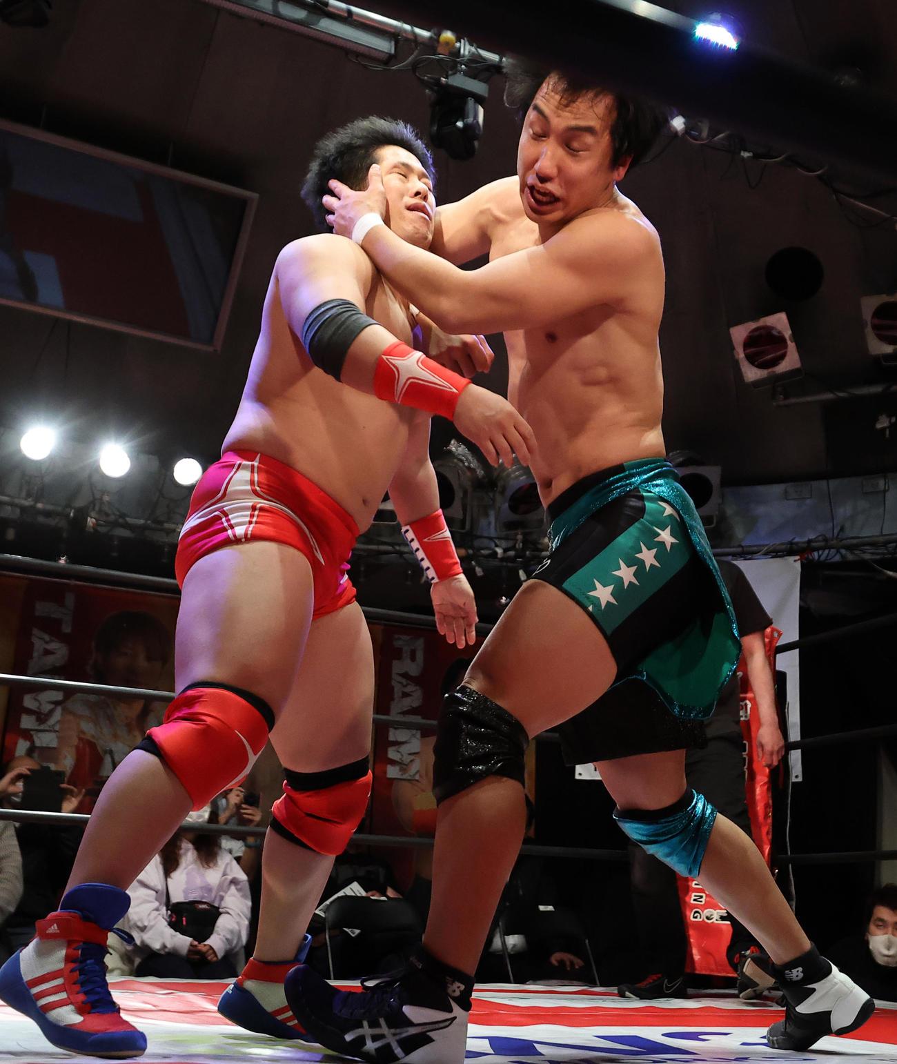 第1試合 鈴木心(左)にエルボーを見舞うSHINGO(撮影・浅見桂子)