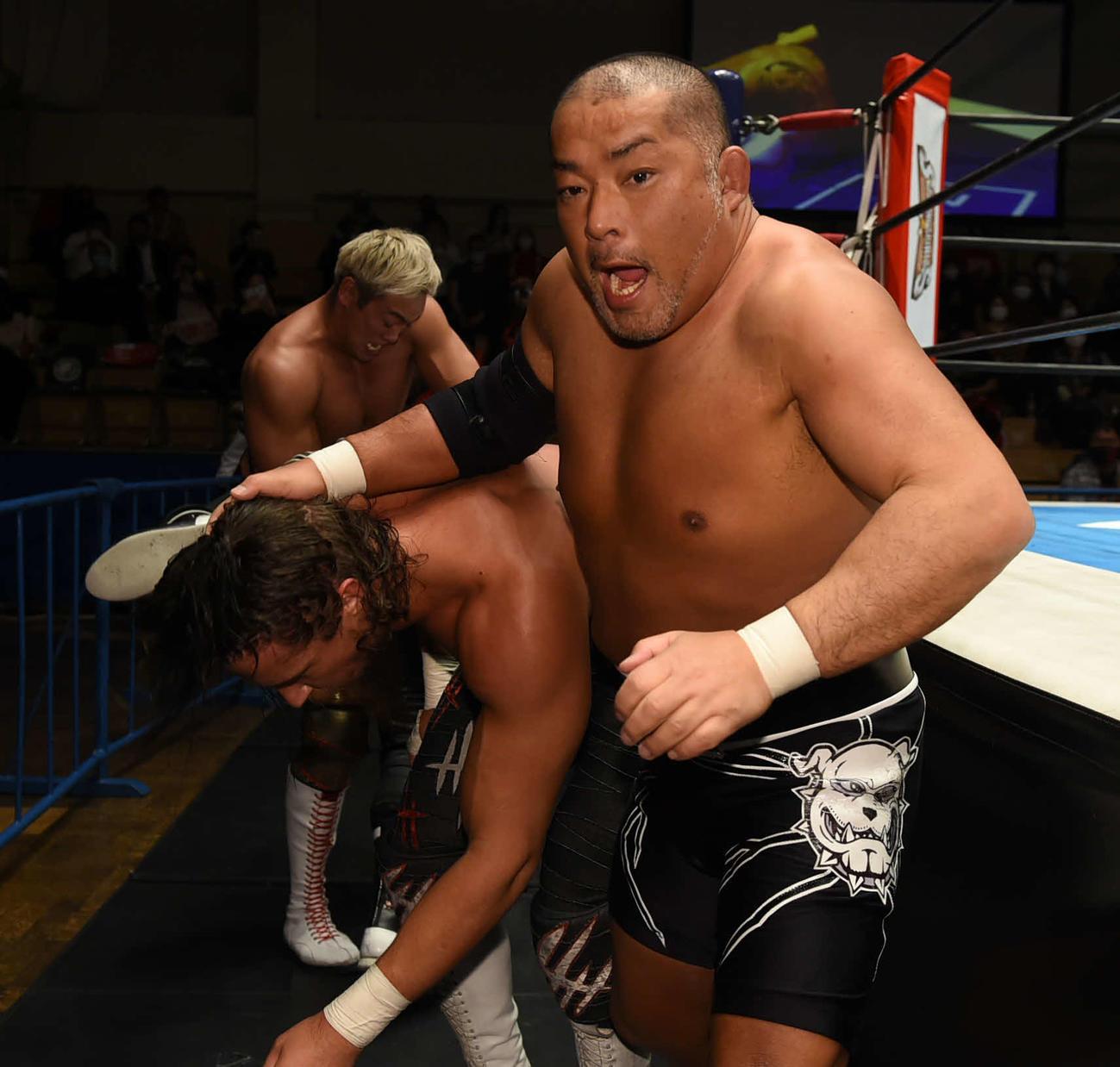 新日本後楽園大会 場外でジェイ・ホワイト(左)の髪をつかむ石井智宏。後方はオカダ・カズチカ(新日本プロレス提供)