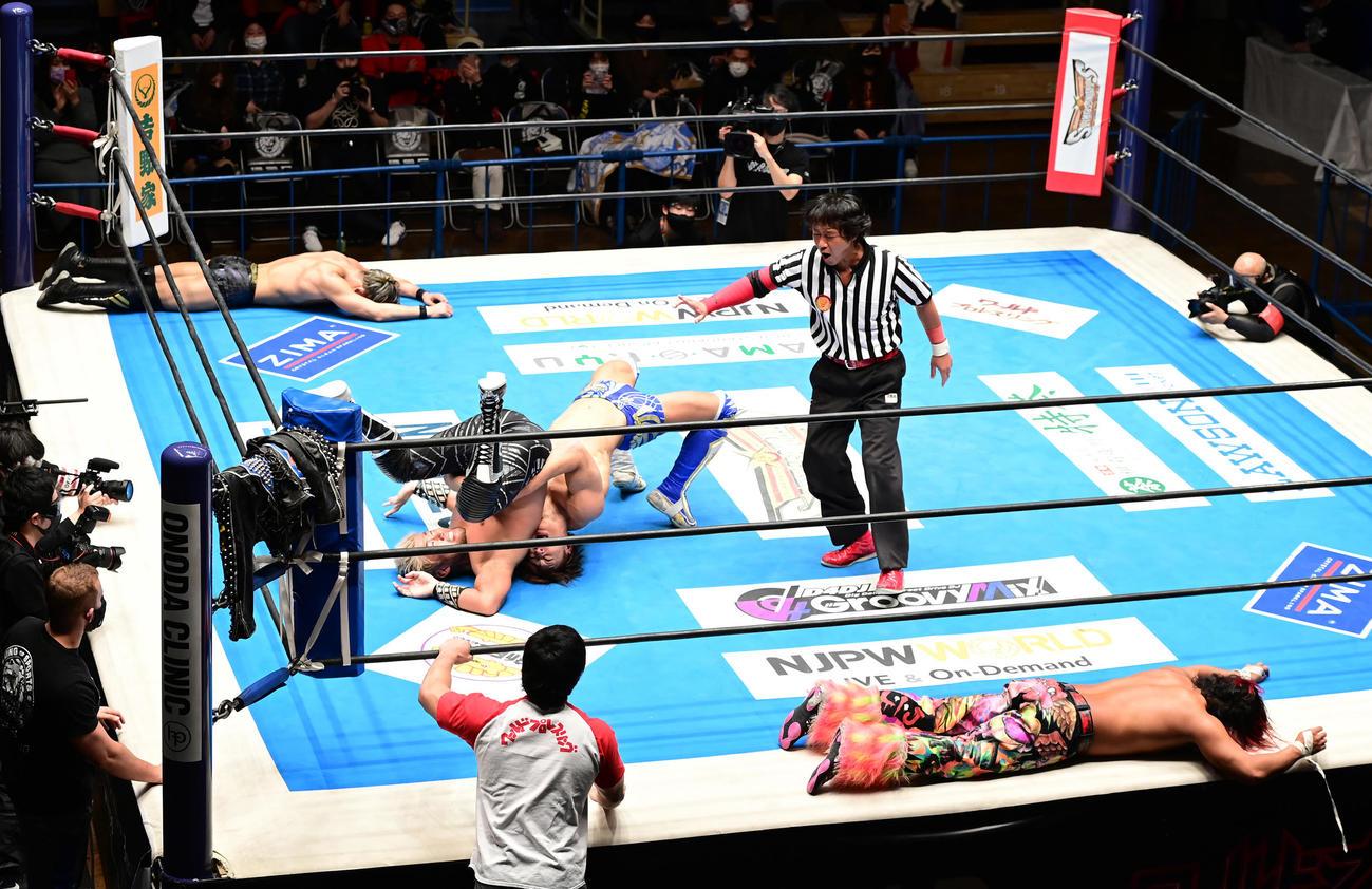 SHO、飯伏組対高橋、SANADA組の試合は引き分けとなる(撮影・小沢裕)