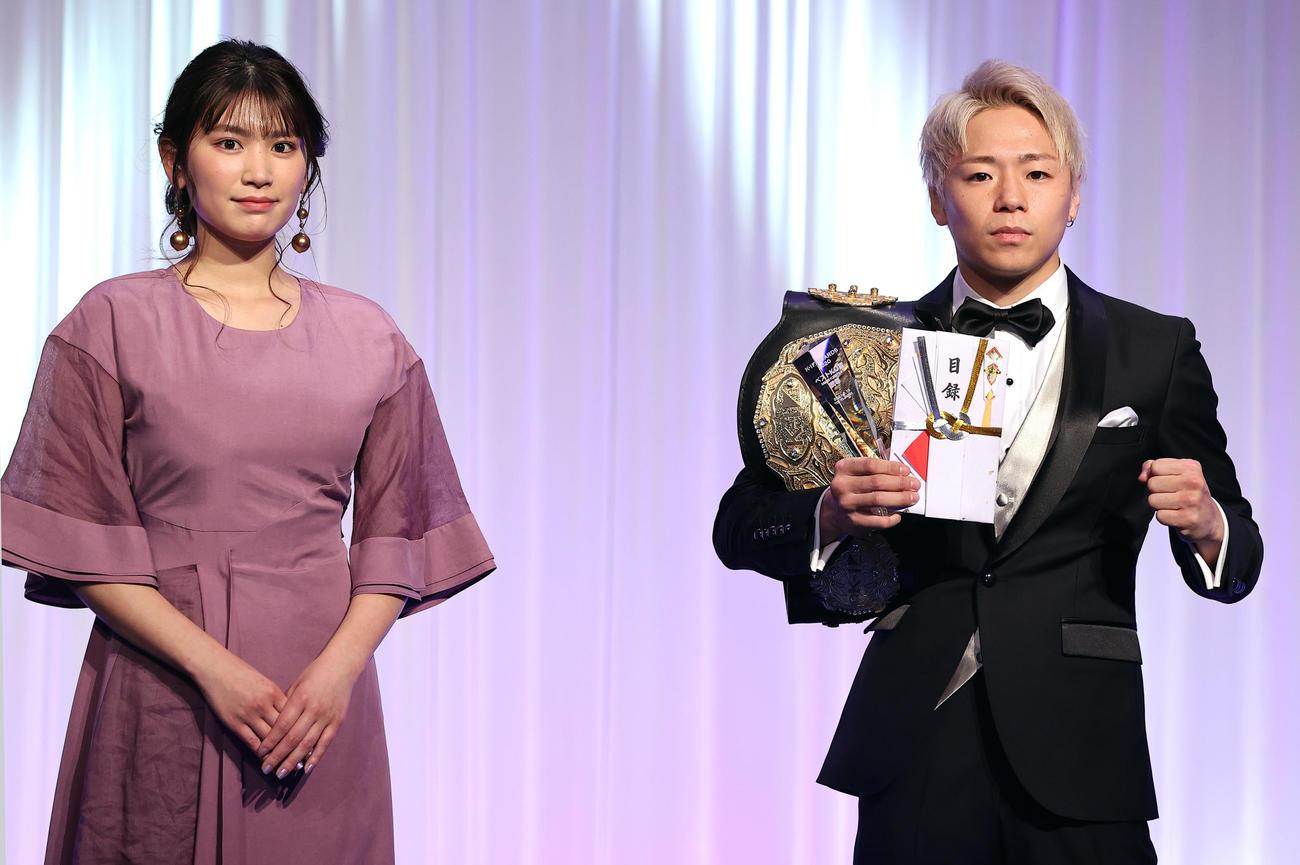 K-1AWARDS2020で、ベストKO賞を受賞した武尊(右)はトロフィーを手にポーズ。左はプレゼンターの久松郁実(撮影・浅見桂子)