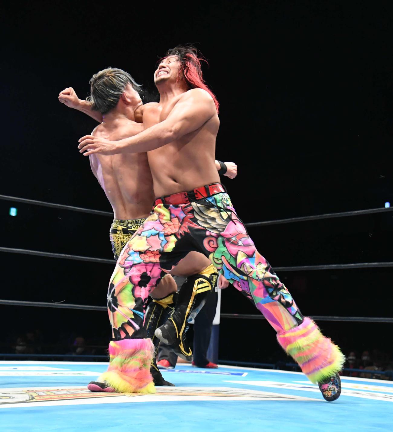 新日本広島大会 SHO(左)に強烈なラリアットを浴びせる高橋ヒロム(新日本プロレス提供)