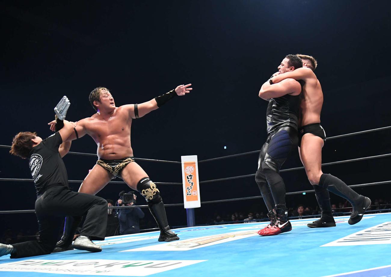 新日本広島大会 アイアンフィンガーを装着したタイチ(左)はレフェリーに止められながらも襲いかかる(新日本プロレス提供)