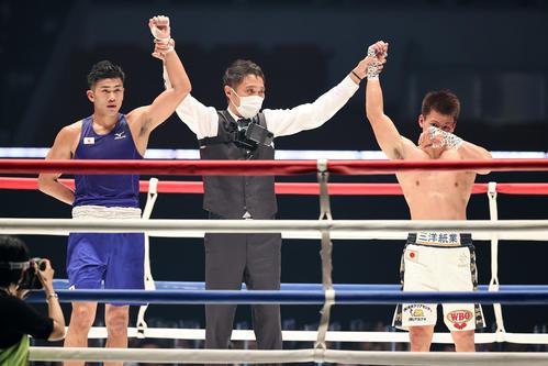 3回を終えて健闘を称えて手を上げる森脇(左)と井上(撮影・浅見桂子)
