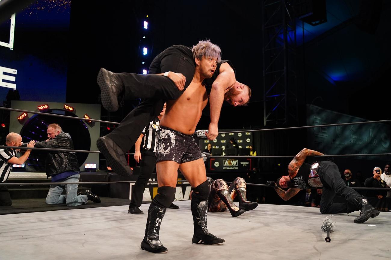 AEWダイナマイト ジョン・モクスリーを抱え上げるKENTA(c)All Elite Wrestling/Lee South