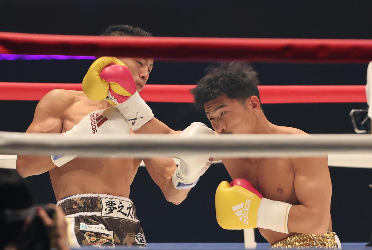 1回、打ちあう武居(左)と木村(撮影・野上伸悟)