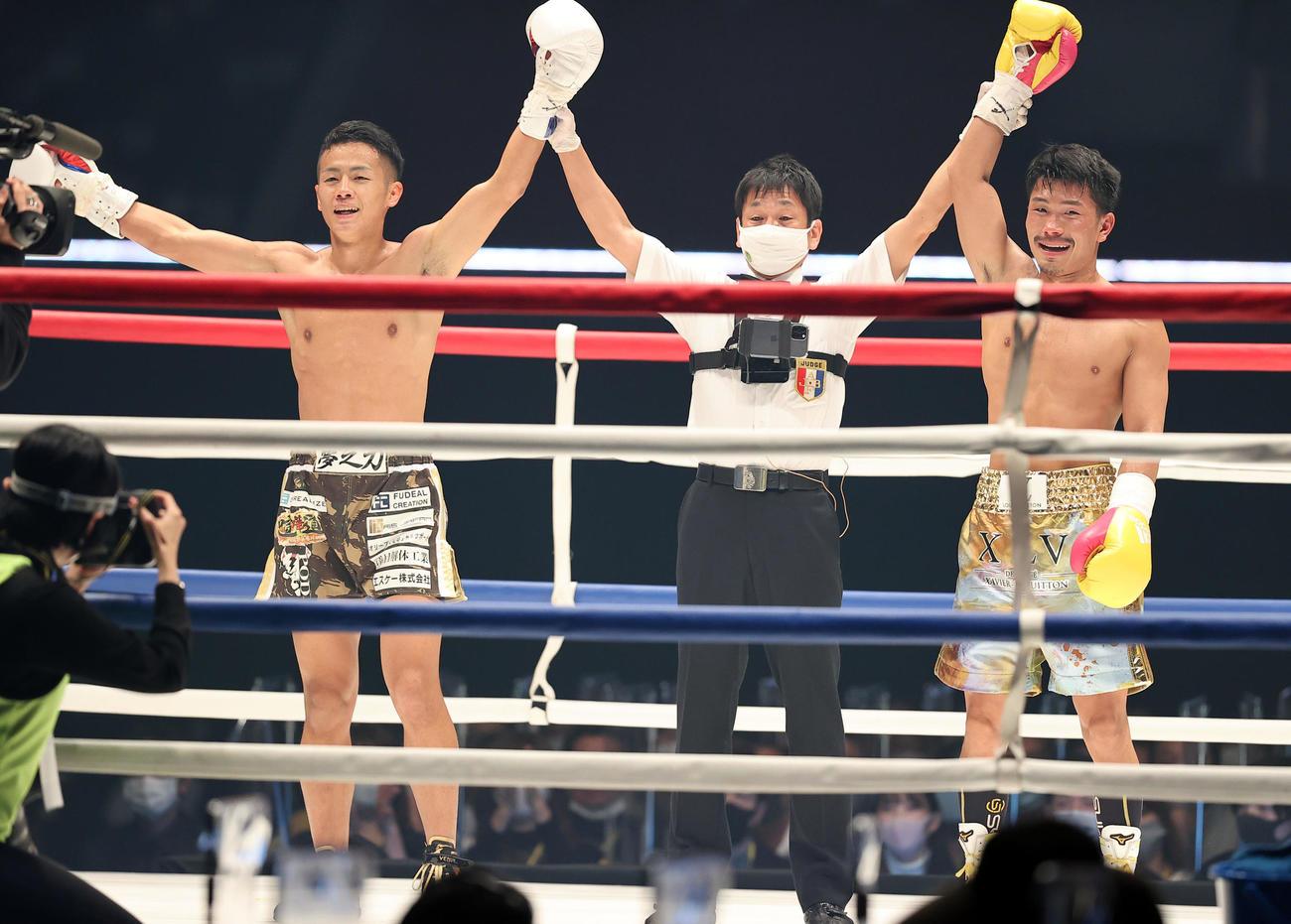 3回を終えて、笑顔で手を上げる武居(左)と木村翔(撮影・浅見桂子)