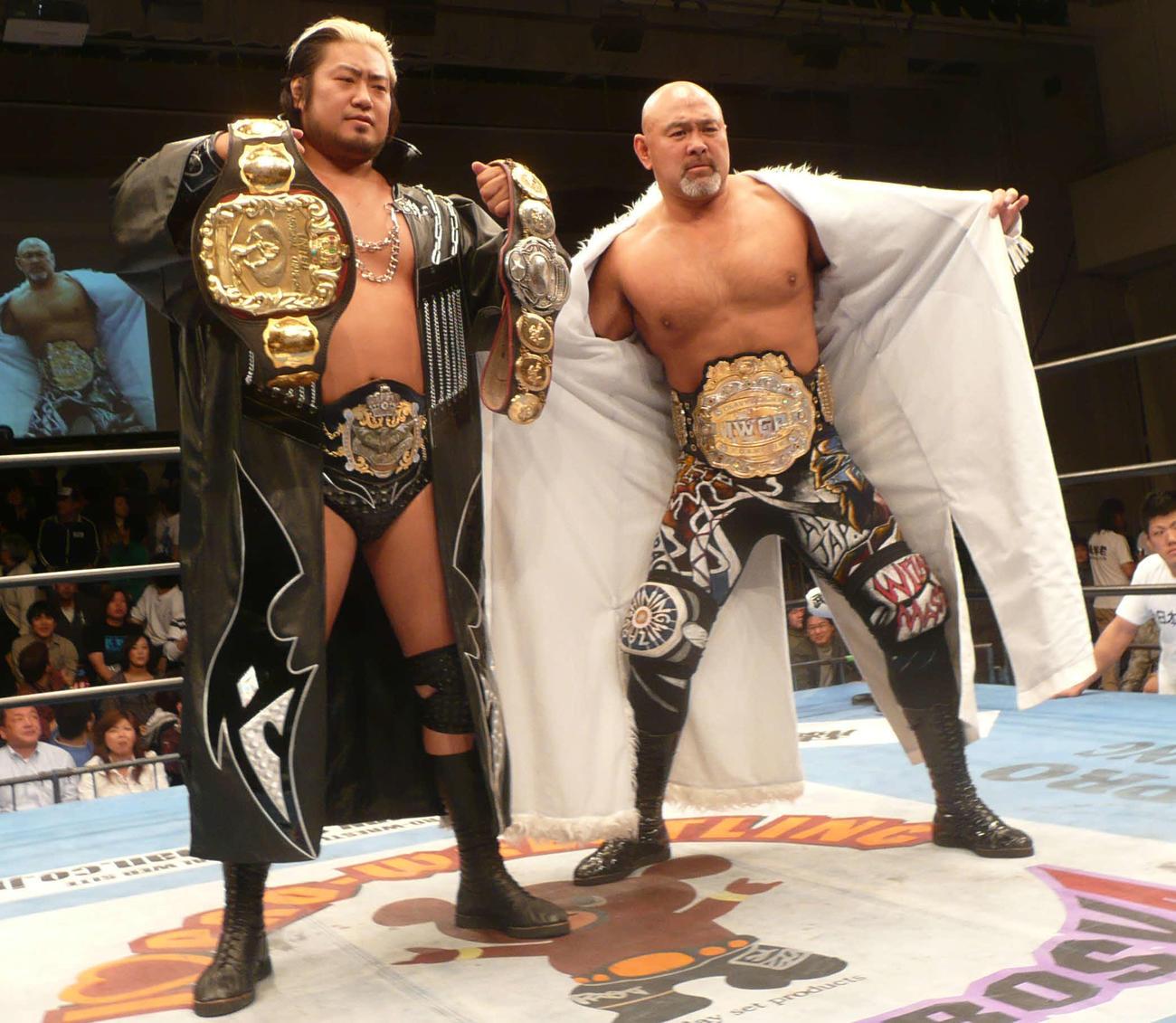 08年5月、IWGPベルトを巻いた武藤敬司(右)と3冠ベルトを披露する諏訪魔