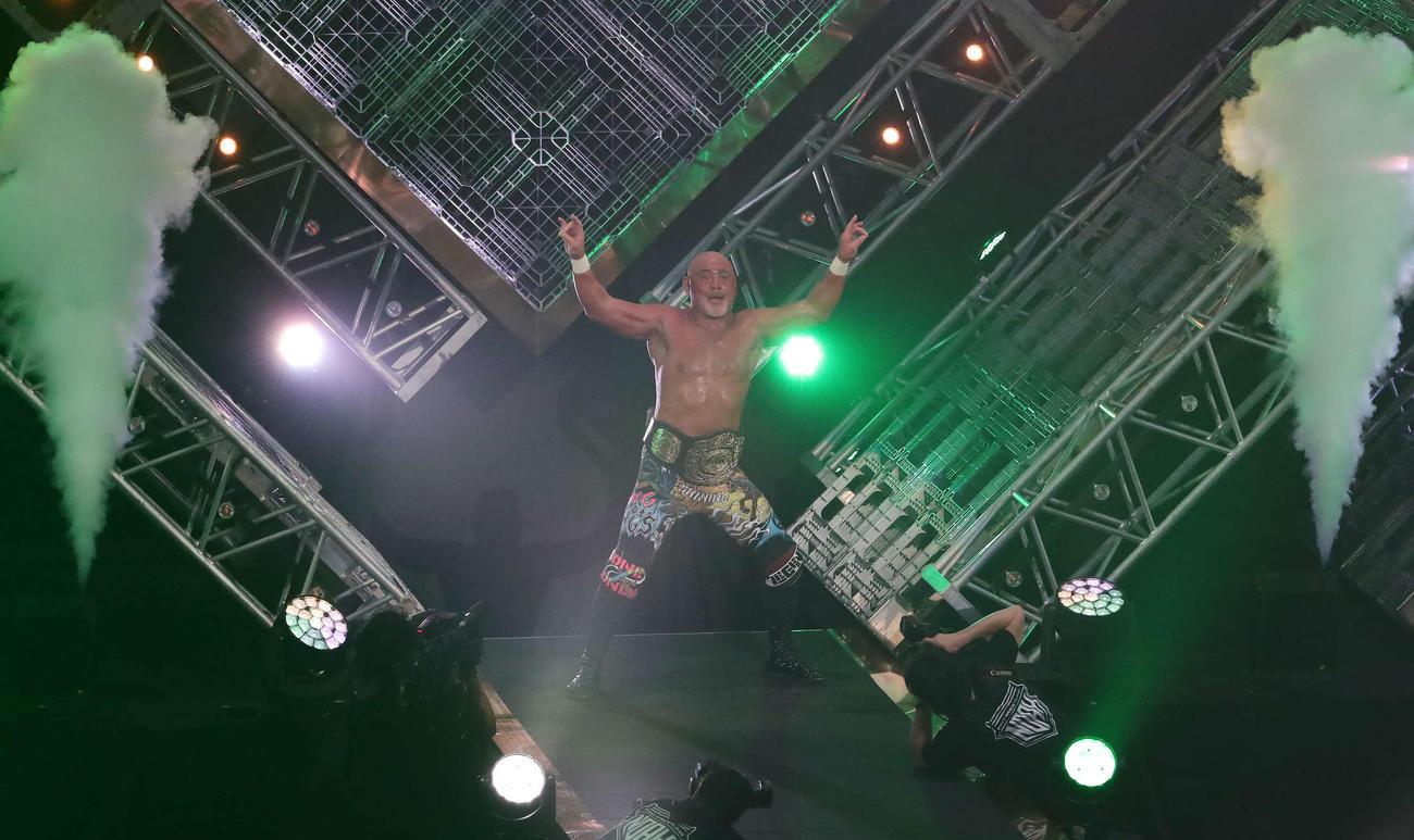 潮崎を破って3大メジャー制覇に成功し、花道で得意のポーズを決める武藤(撮影・丹羽敏通)