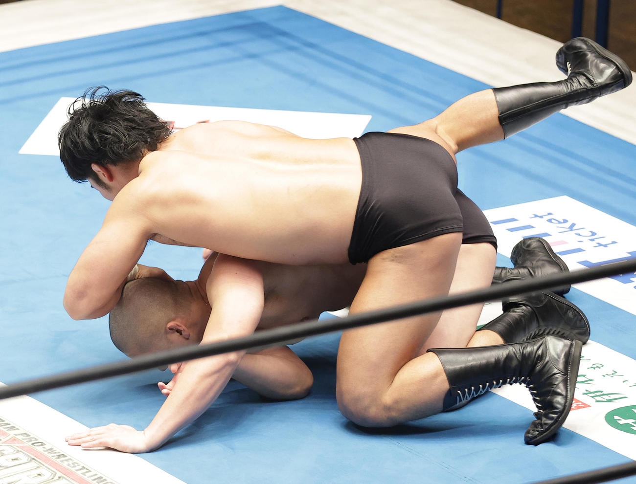 上村(上)との対戦中、アクシデントに見舞われる中島(撮影・中島郁夫)