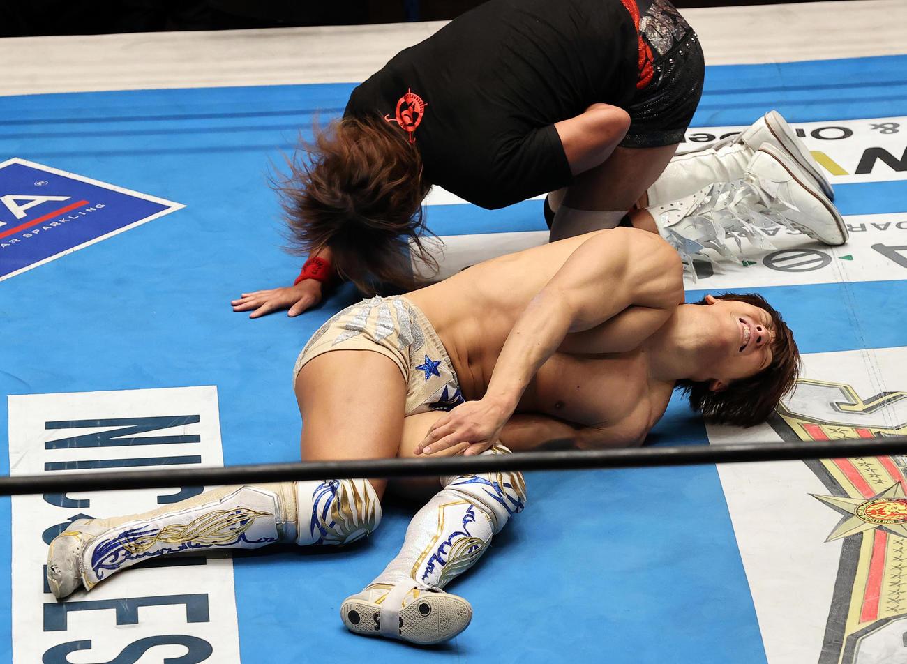 飯伏幸太(手前)は、内藤哲也に膝を攻められ痛がる(撮影・浅見桂子)