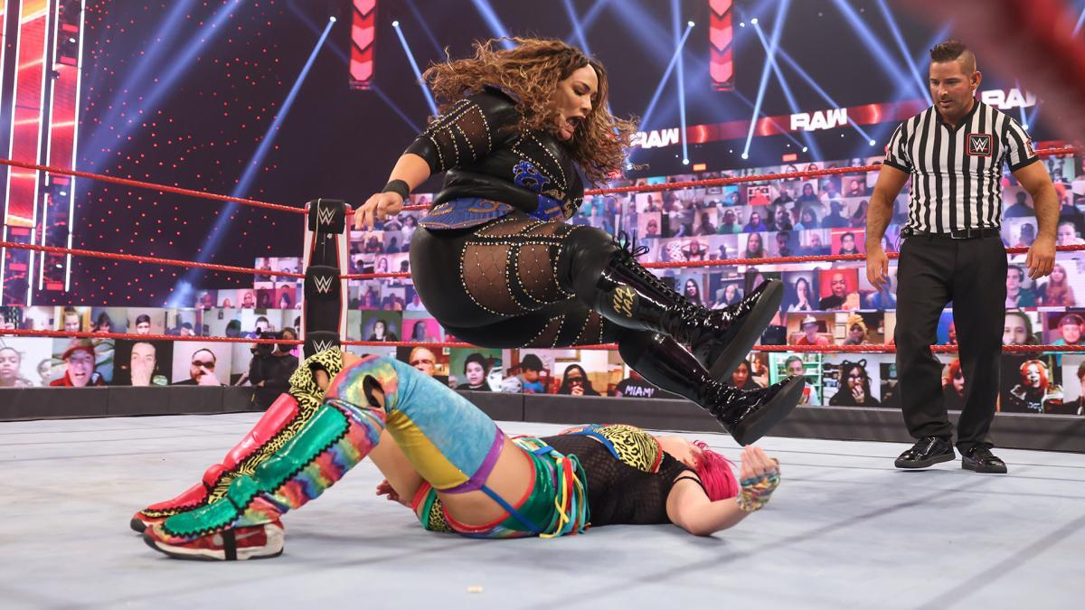 ジャックス(上)にレッグドロップを浴びるアスカ(C)2021 WWE, Inc. All Rights Reserved.