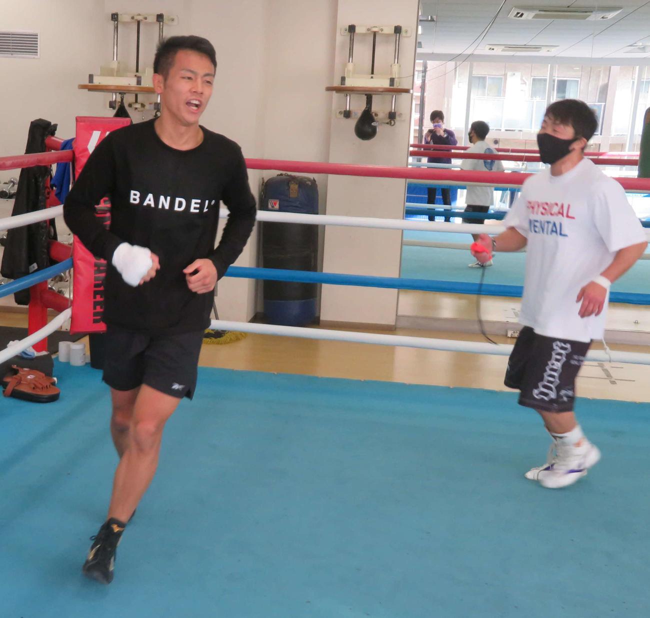 2週間後のボクシングデビュー戦を控え、八重樫トレーナー(右)の指導で下半身強化のメニューをこなす元K-1スーパーバンタム級王者の武居