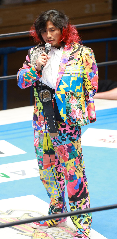 試合前、IWGPジュニアヘビー級王者のベルトを返上する高橋ヒロム(撮影・中島郁夫)