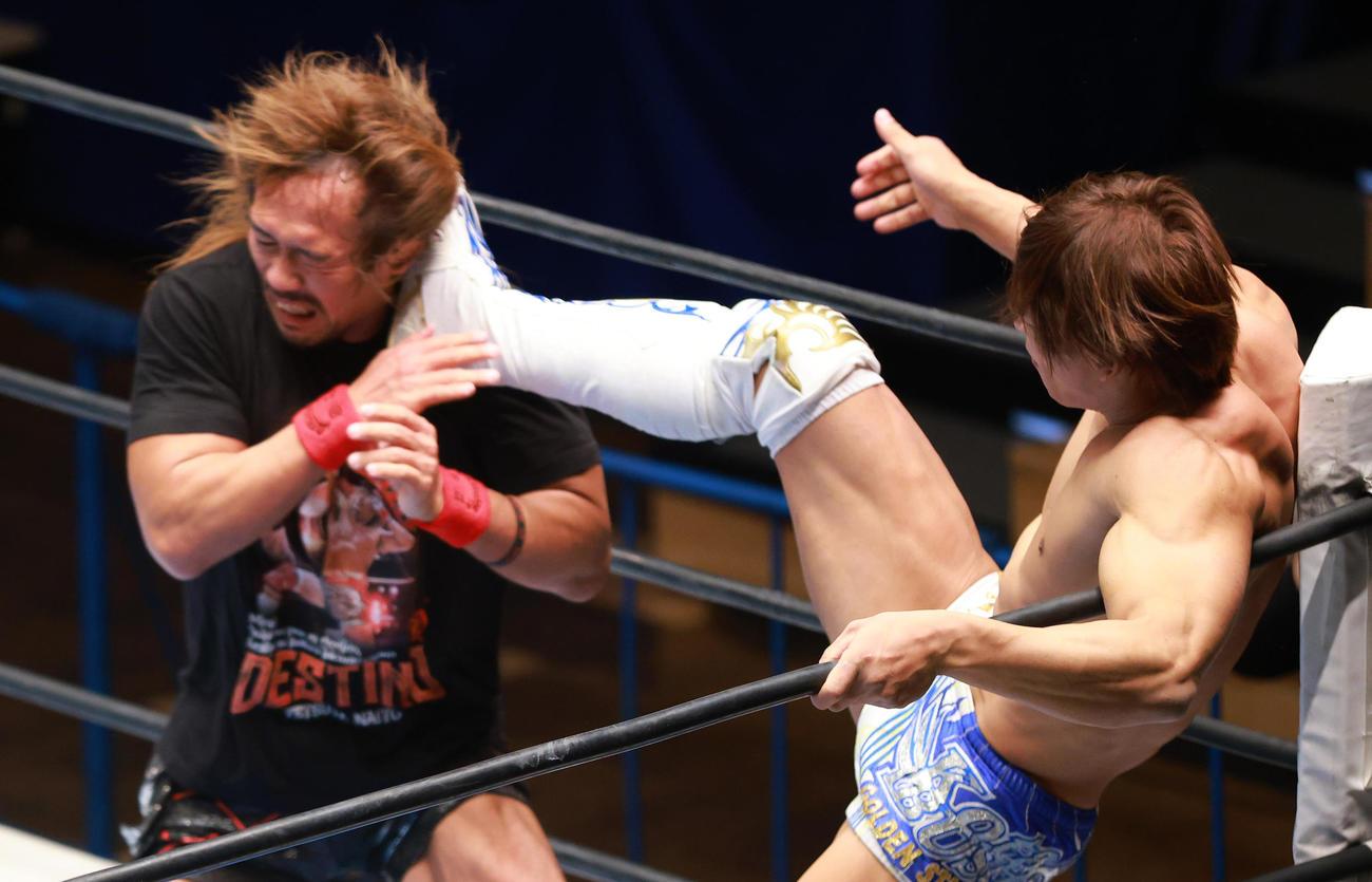 内藤(左)に顔面蹴りを浴びせる飯伏(撮影・中島郁夫)