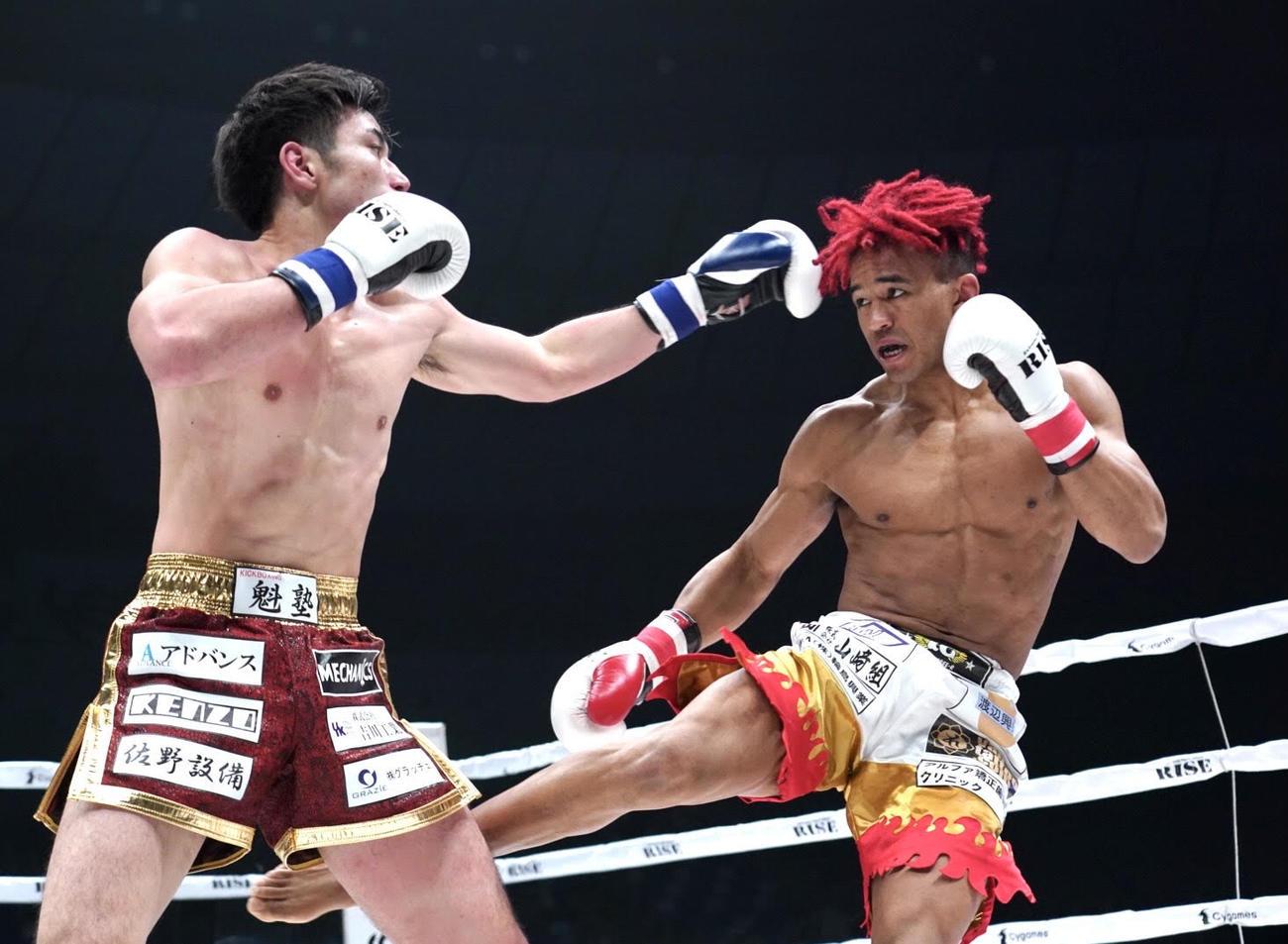 憂也(左)に蹴りを見舞うベイノア