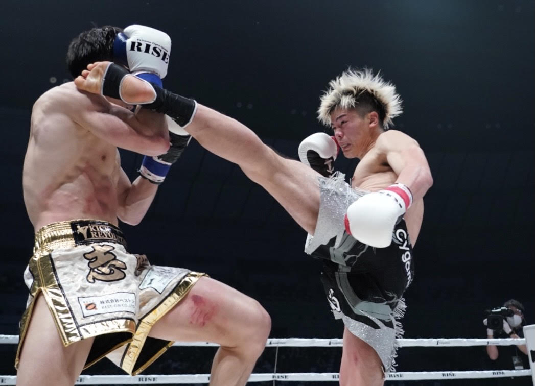 志朗(左)に蹴りを見舞う那須川(撮影•滝沢徹郎)