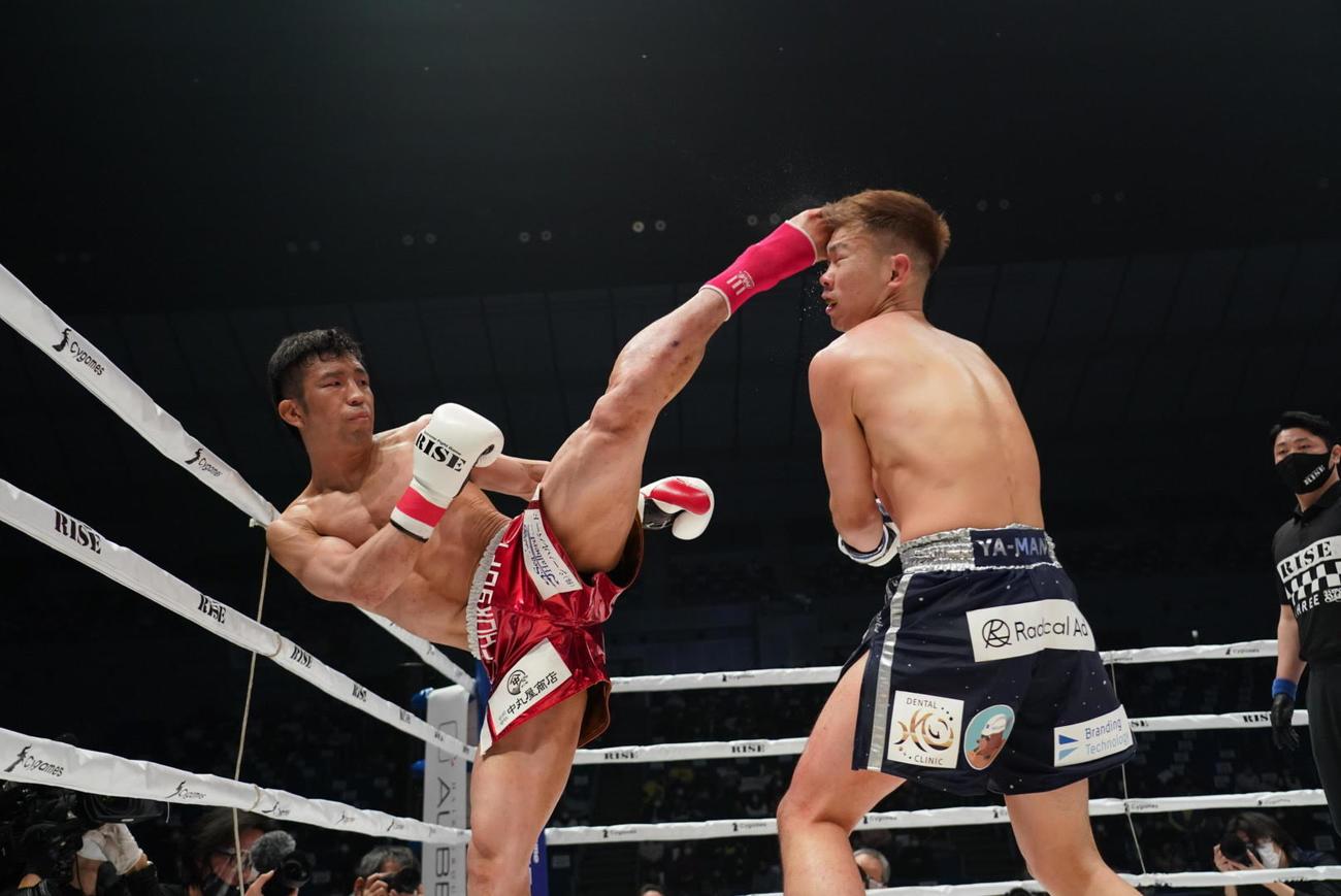 YA-MAN(右)にハイキックを見舞う平塚(撮影•滝沢徹郎)