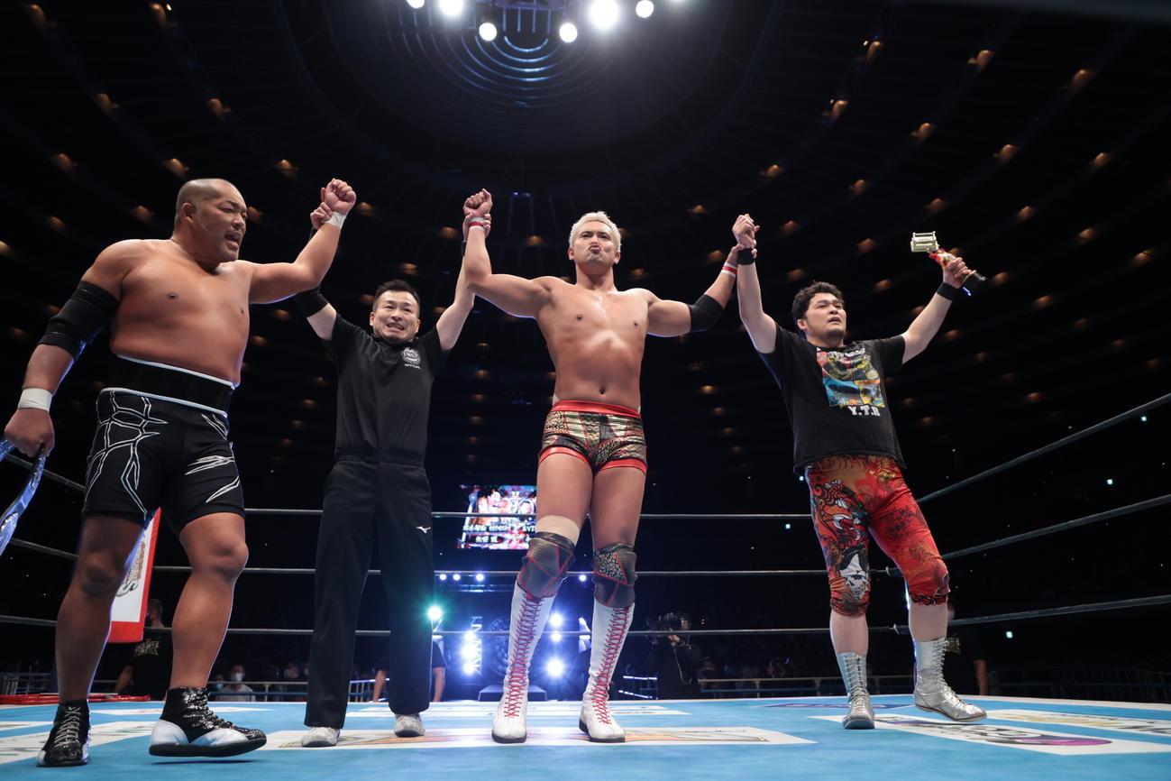 タッグ戦に勝利した左から石井、1人おいてオカダ、矢野(C)新日本プロレス