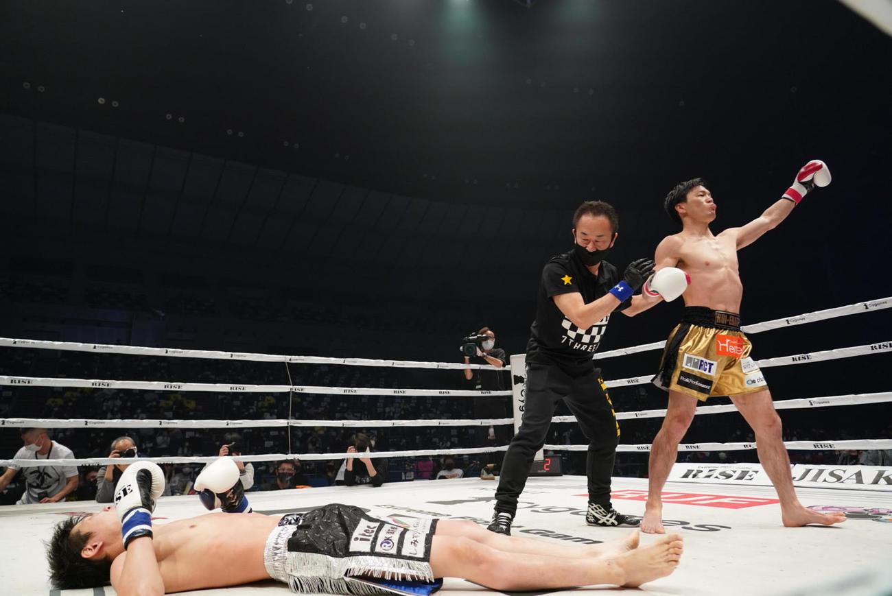 拳剛(左)にノックアウト勝ちした江幡(撮影・滝沢徹郎)