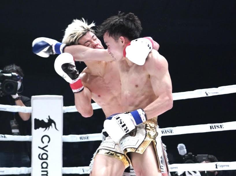 志朗(手前)の肘が右目付近に当たる那須川(撮影•滝沢徹郎)
