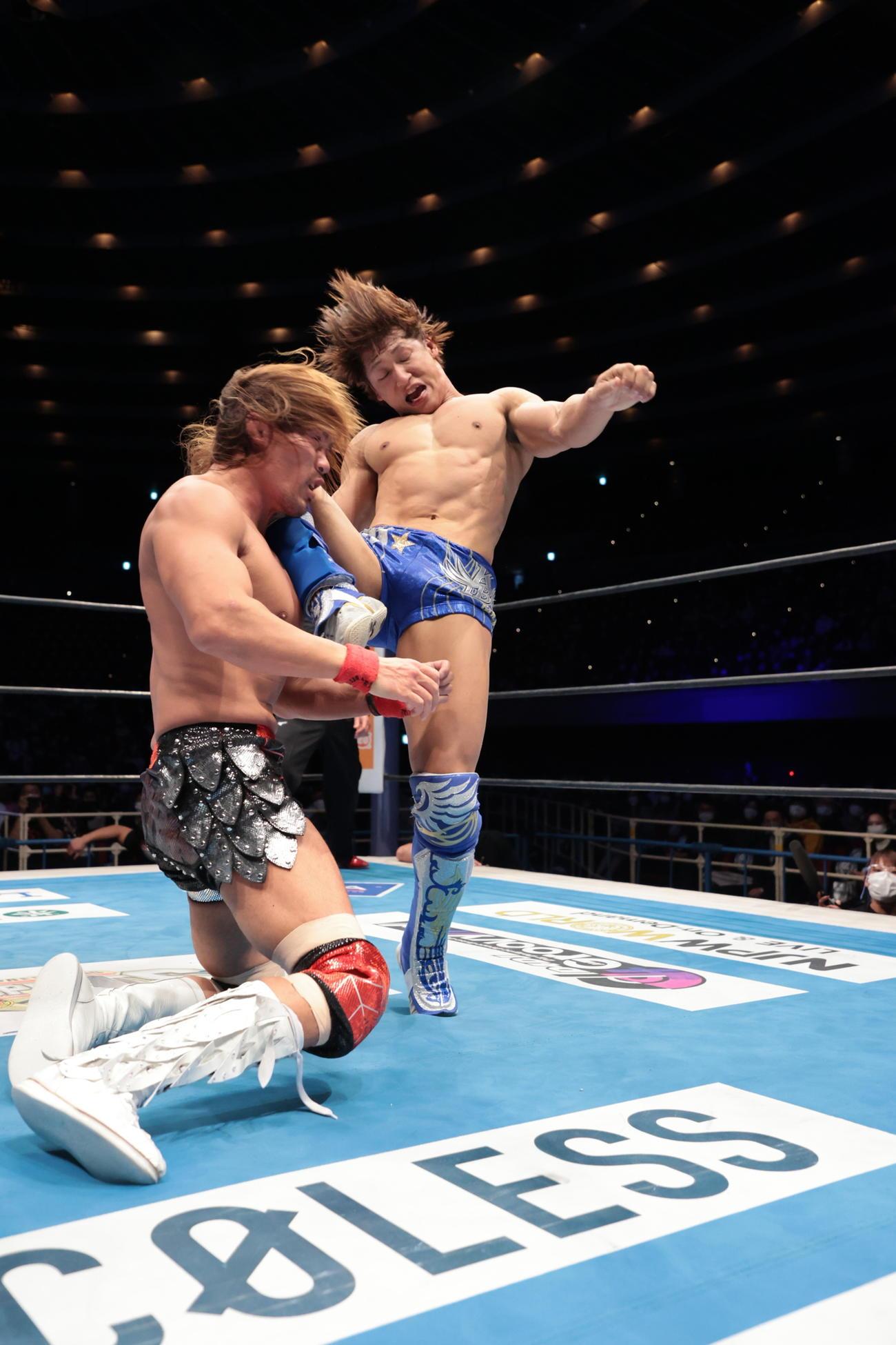 カミゴェを内藤(左)に蹴りこむ飯伏(新日本プロレス提供)