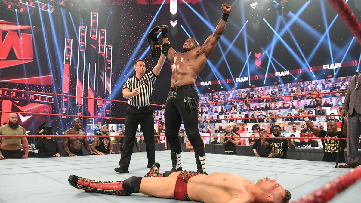 ミズ(手前)を下し、WWEヘビー級王座を手にしたラシュリー(C)2021 WWE, Inc. All Rights Reserved.