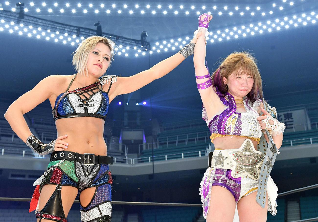 防衛に失敗したジュリア(左)は新チャンピオンの中野たむを称える(撮影・滝沢徹郎)