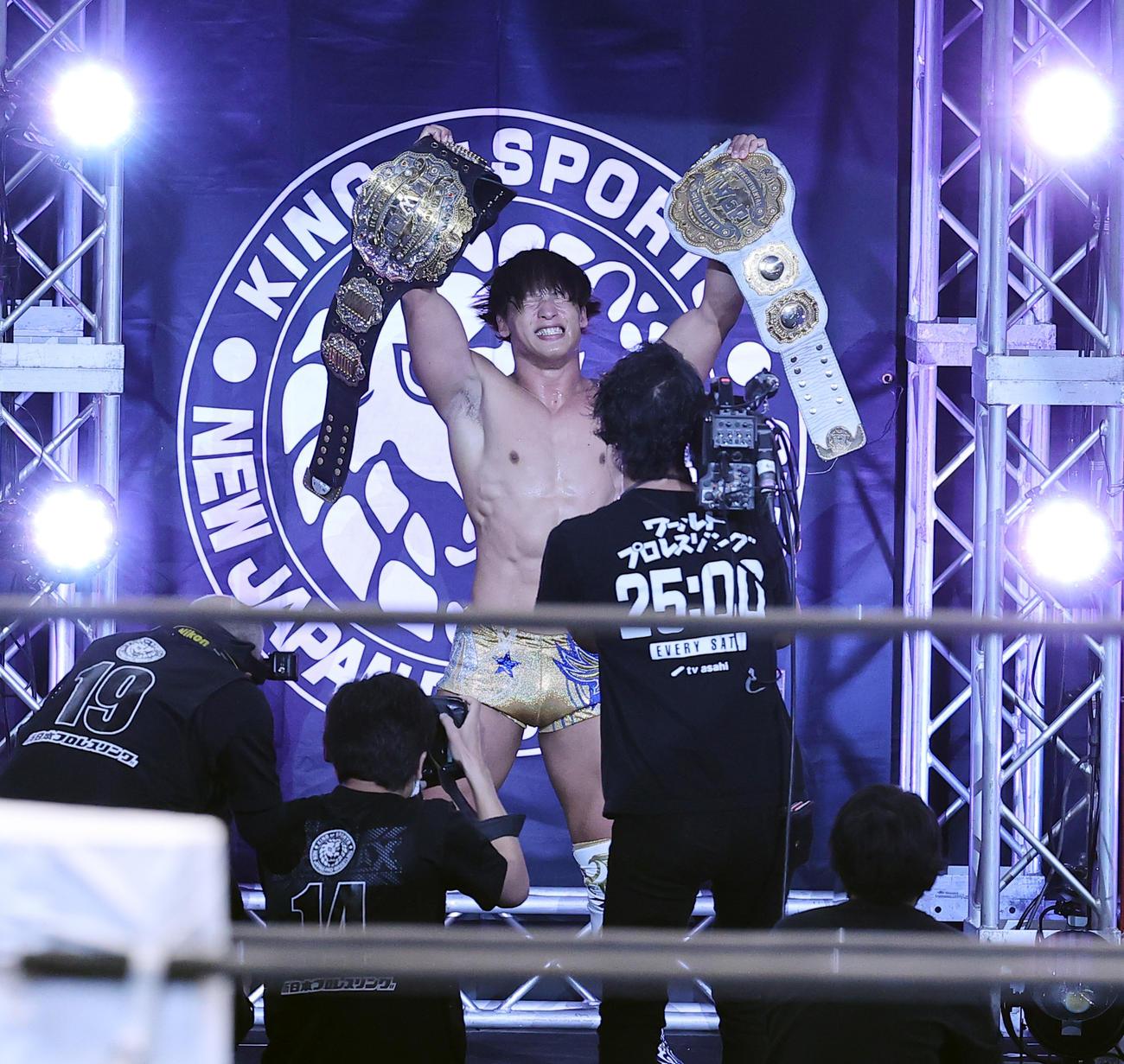飯伏幸太対エル・デスペラード 勝利した飯伏幸太は2本のベルトを掲げて雄たけびを上げる(撮影・浅見桂子)