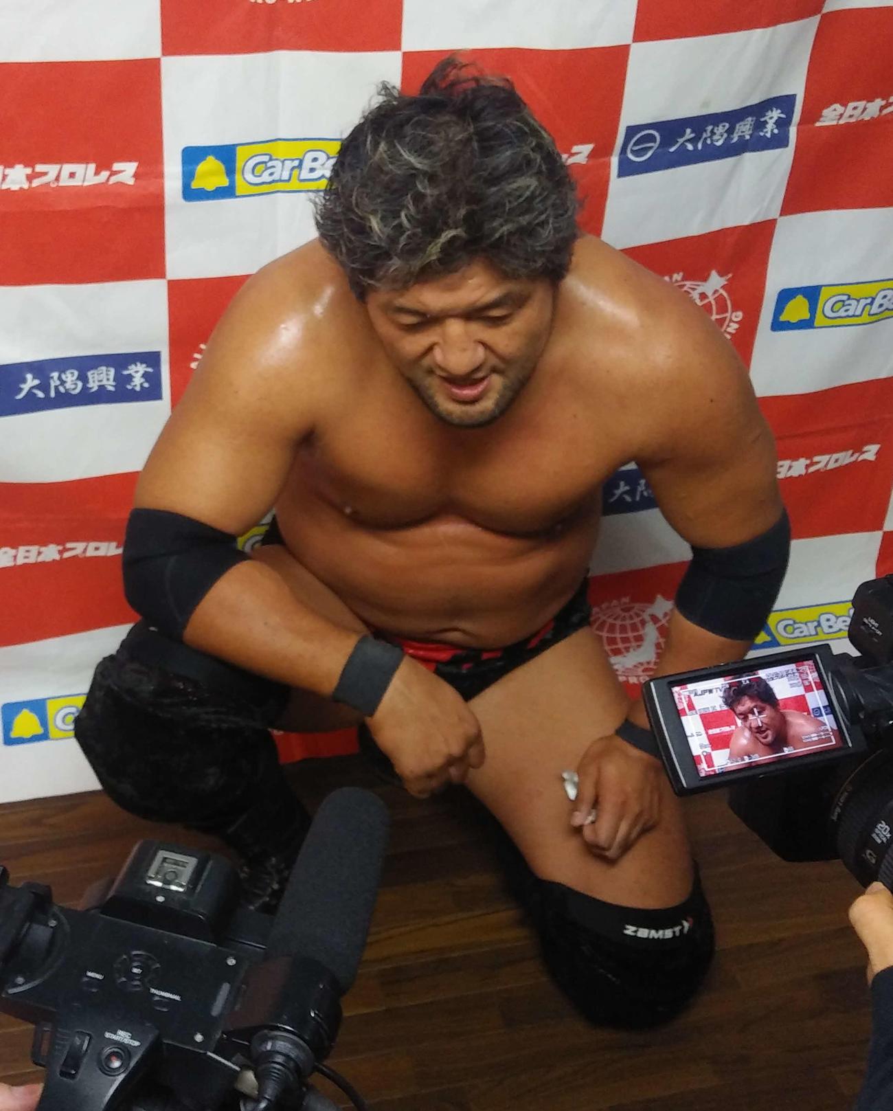 試合後、バックステージで取材に応じる石川修司(撮影・松熊洋介)