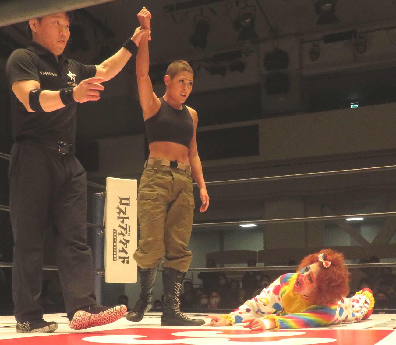 髪を切った姿でリングに上がり、ゴキゲンです☆(右)に勝利したジュリア(中央)(撮影・松熊洋介)