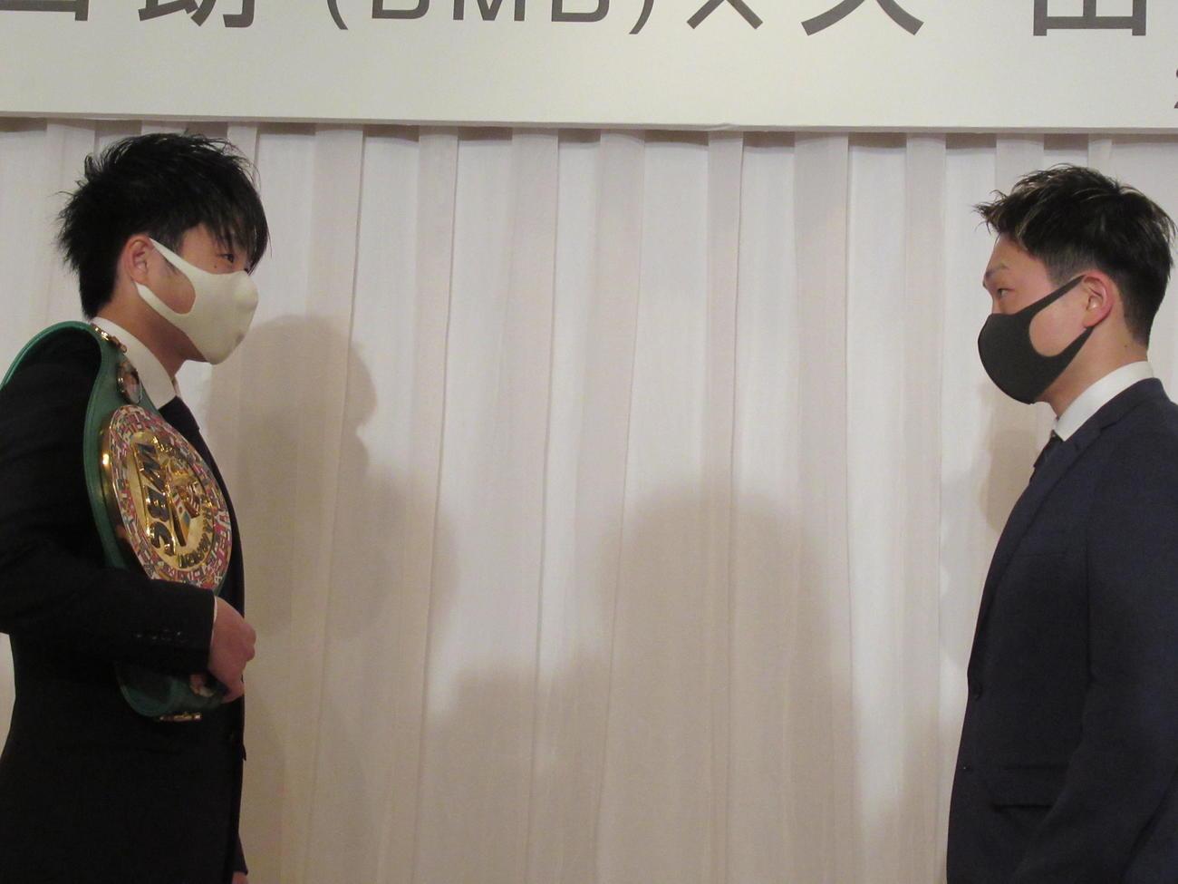ソーシャルディステンス、マスク姿でフェイスオフの王者寺地(左)と挑戦者久田(撮影・実藤健一)