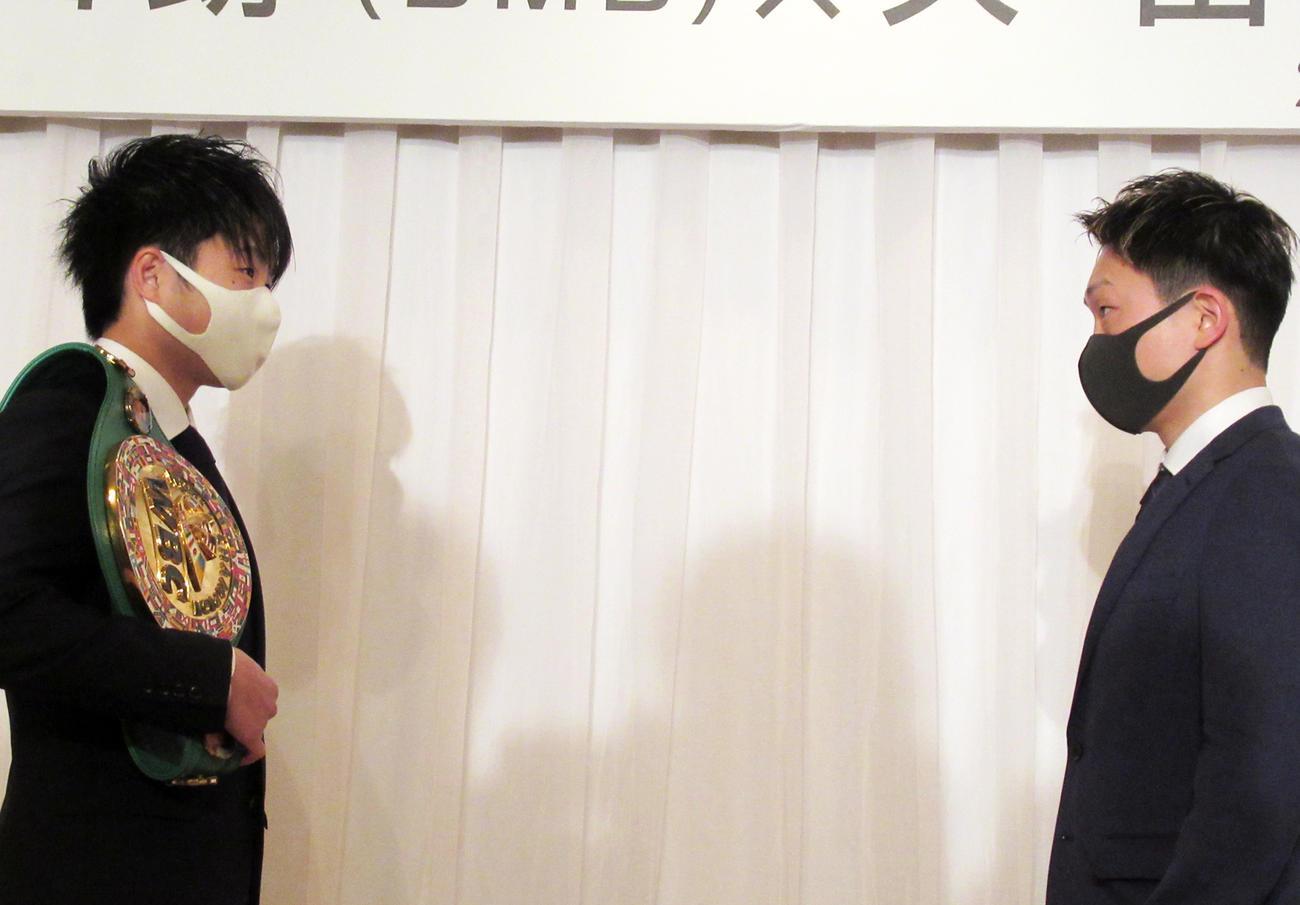 マスク姿でフェイスオフの王者寺地(左)と挑戦者久田(撮影・実藤健一)