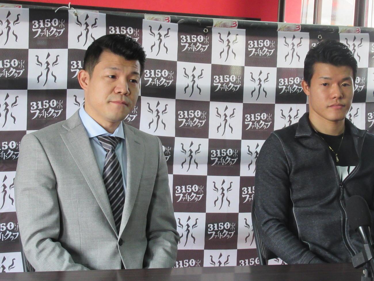 会見に臨む亀田興毅会長(左)と和毅(撮影・実藤健一)
