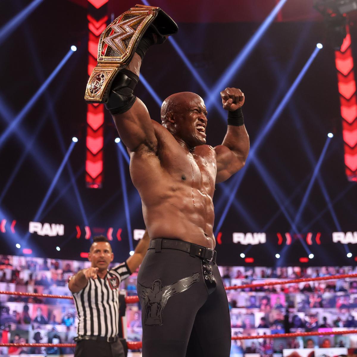 王座防衛に成功し、ベルトを持ってガッツポーズをみせるWWEヘビー級王者ラシュリー(C)2021 WWE, Inc. All Rights Reserved.