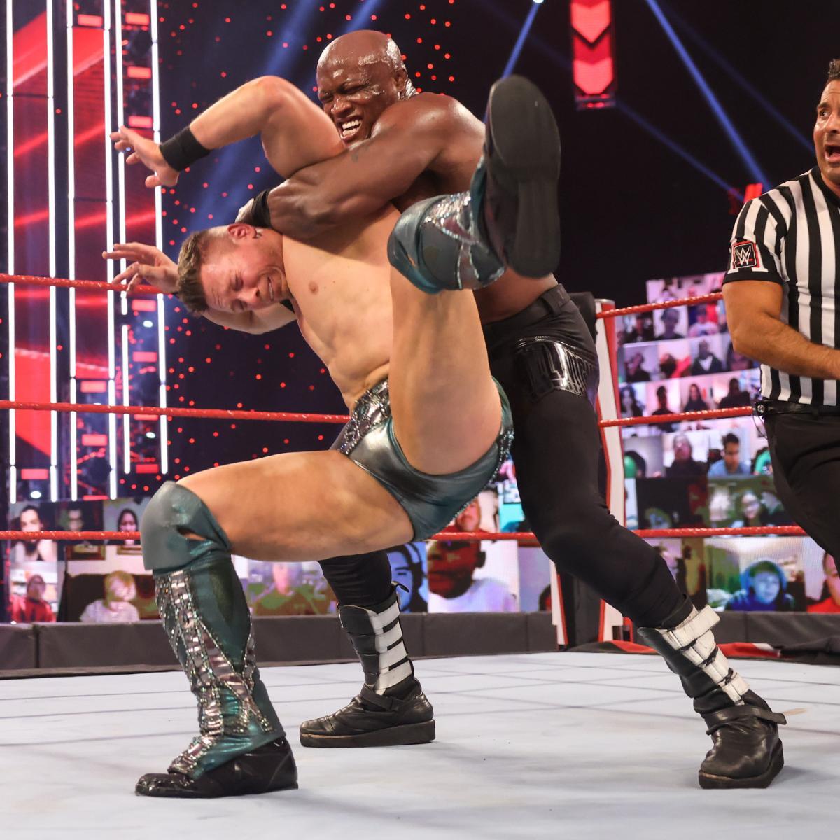 前王者ミズ(左)をハートロックで絞めるWWEヘビー級王者ラシュリー(C)2021 WWE, Inc. All Rights Reserved.